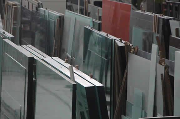 Exposición de elementos estructurales y decorativos de vidrio a medida