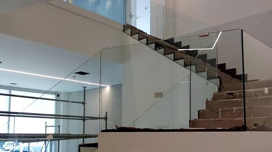 Consúltanos para encontrar soluciones personalizadas en el montaje de vidrios para edificaciones