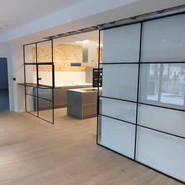 Fabricamos chimeneas de cristal a medida, mamparas para oficinas y cerramientos de vidrio a medida