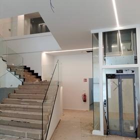 Trabajo de barandilla y ascensor en empresa realizado por Cristalería EPI